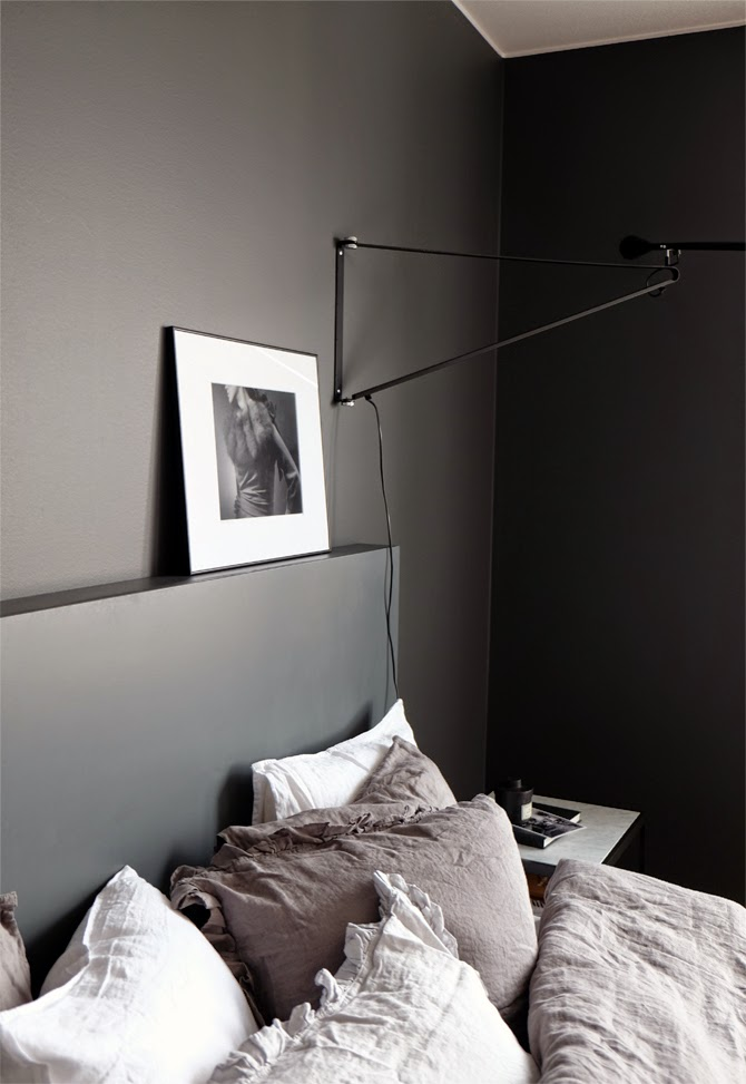 STIL_INSPIRATION_Bedroom_inspiration_darkgrey_walls_hm_bedlinen_flos265_1